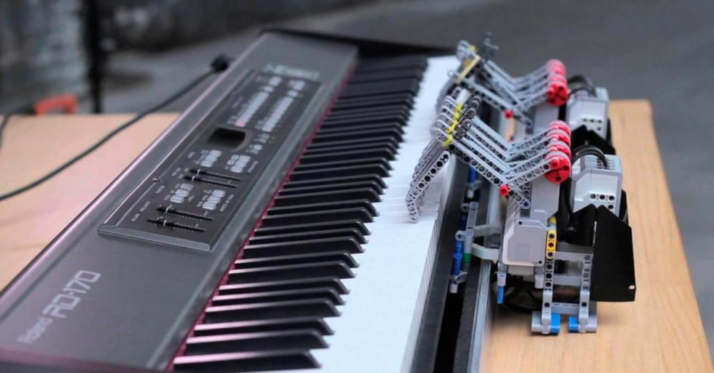 Riverside University Creates a Robot that Plays the Piano on Its Own
