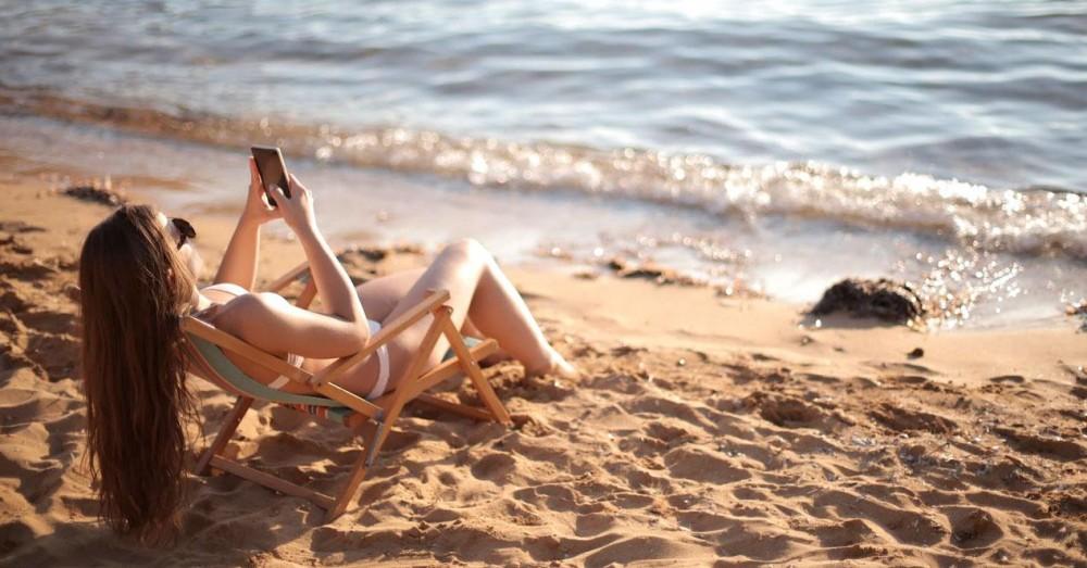 Suojaa matkapuhelin rannalla